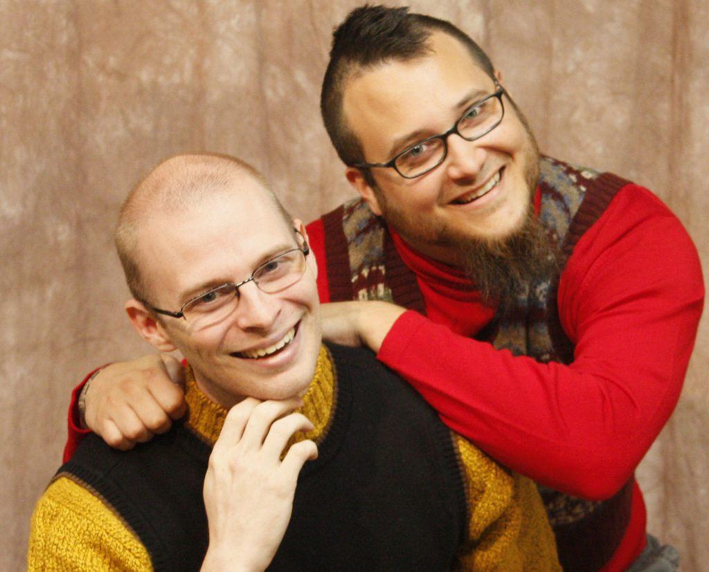 Super Meat Boy, probablement le meilleur exemple de ce qu'un duo complémentaire (le programmeur pointu à gauche, l'artiste talentueux, à droite) peut réaliser.