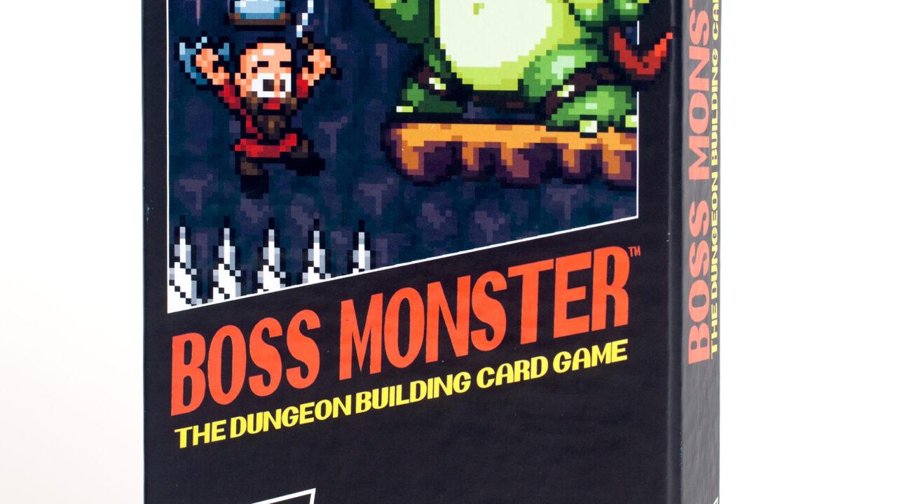 Création originale sortie en 2013, Boss Monster reprend les codes (visuels et ludiques) du jeu vidéo en général. Et pour boucler la boucle, il a ensuite été adapté en jeu vidéo.
