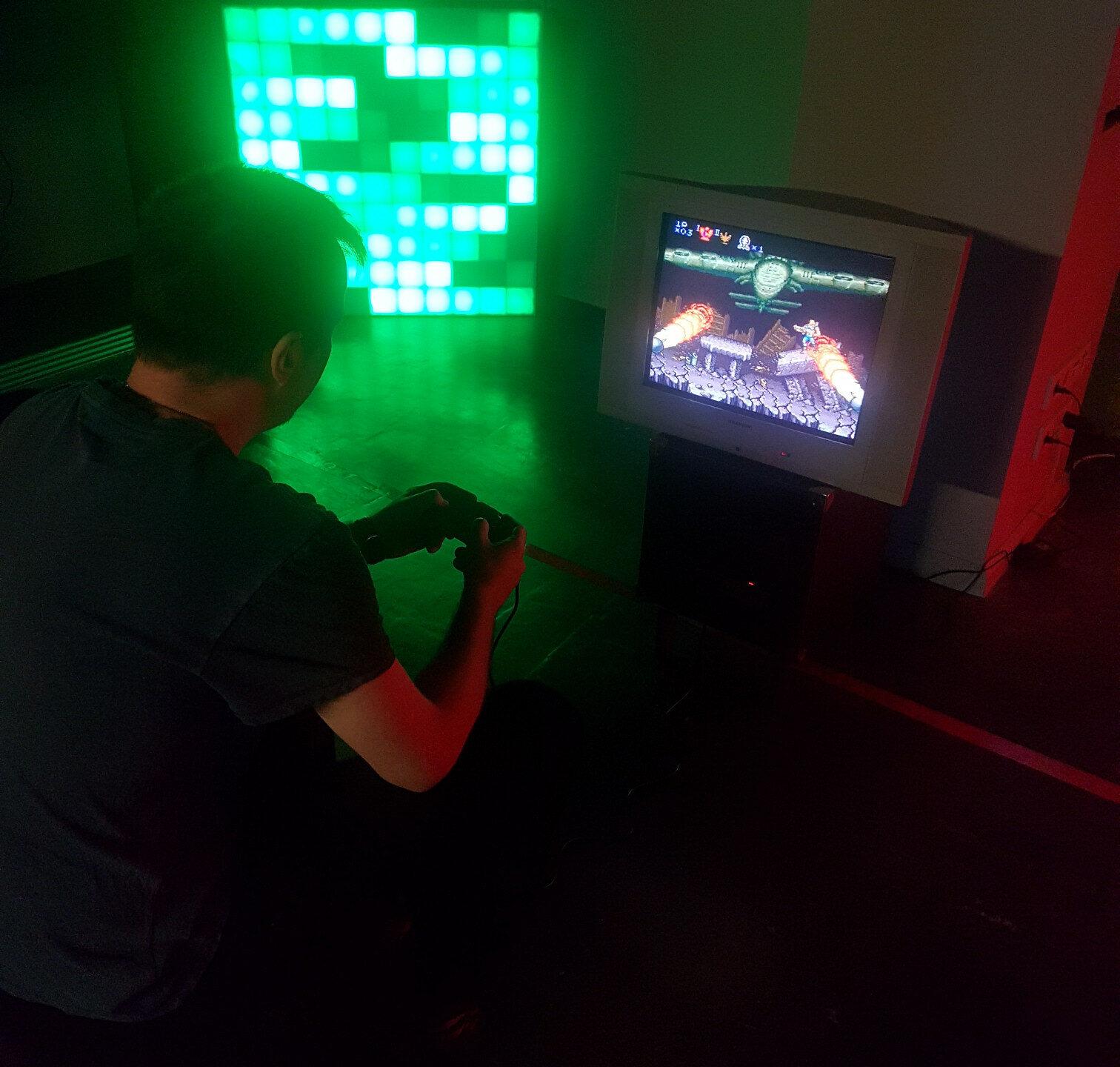 Les skills de Noël Malware, capable de finir le 3e niveau de Contra avec un pad à moitié pété, forcent le respect.