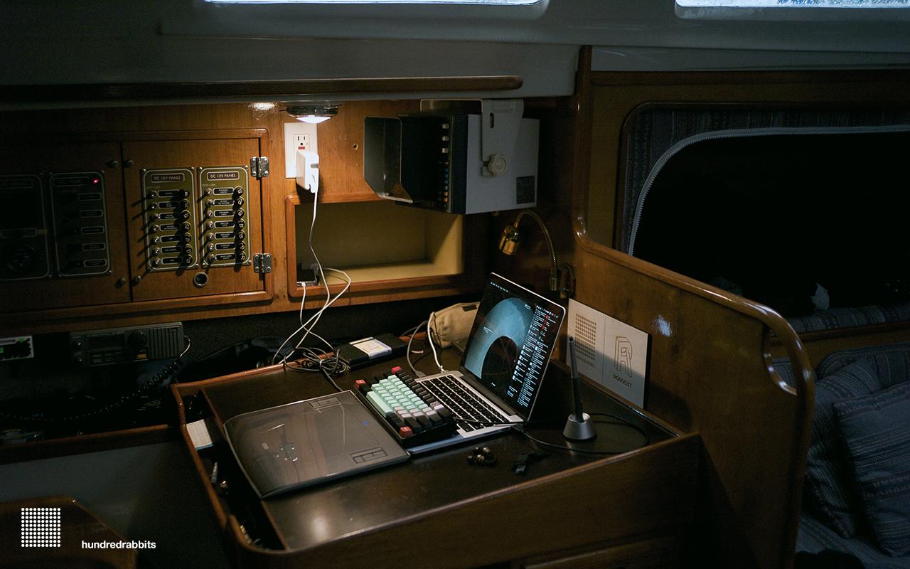 L'espace de travail à bord du bateau. Un peu serré.