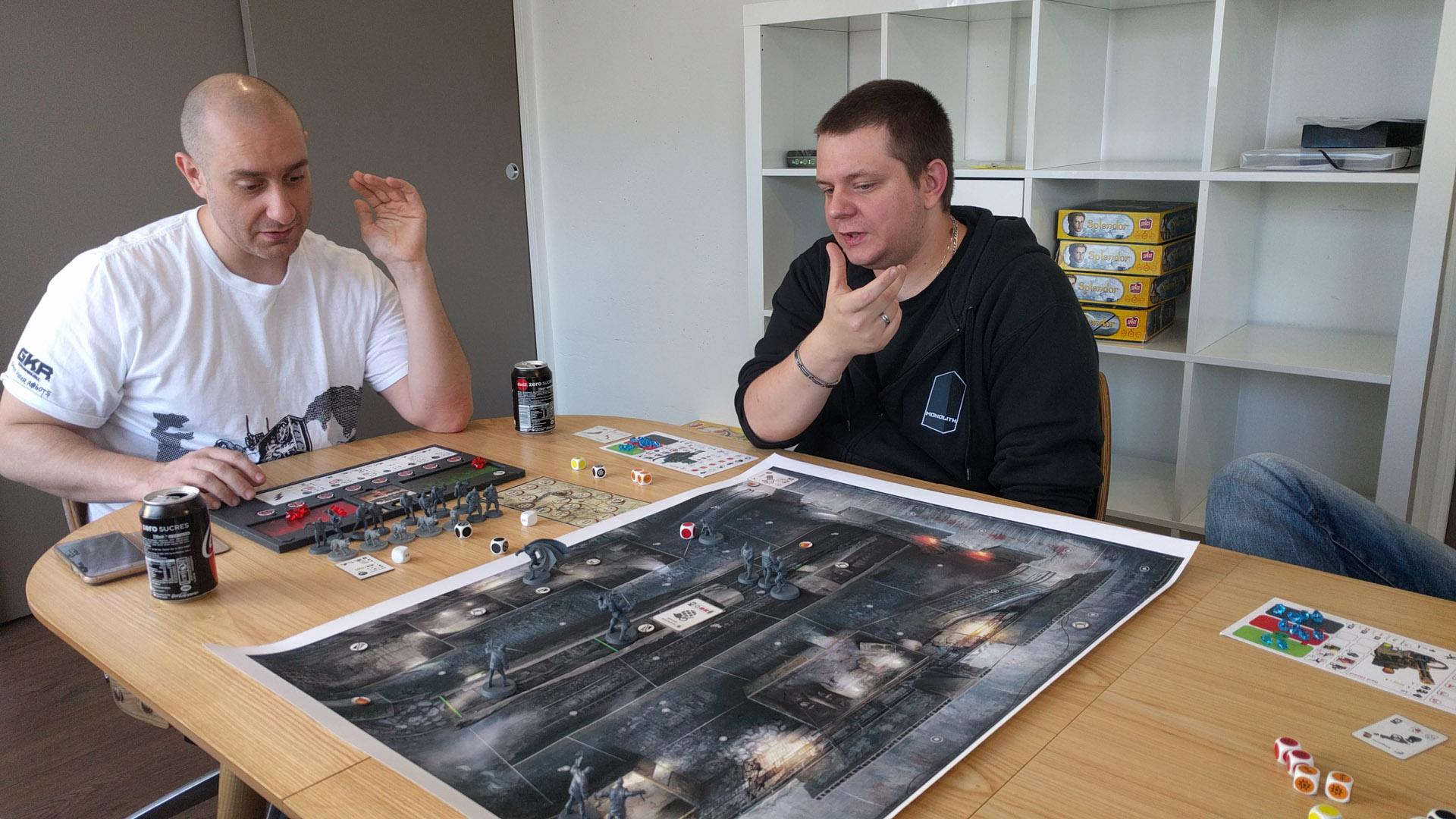 Frédéric Henry (à gauche) et Tony Berart. Les yeux les plus affûtés noteront la version «work vachement in progress» du plateau de Batman.