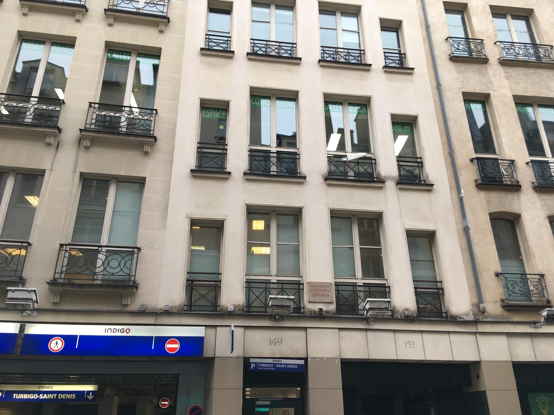 La façade des locaux d'Eugen Systems à Paris. Anecdote cocasse signalée par une plaque : c'est là que naquit Léon Blum.