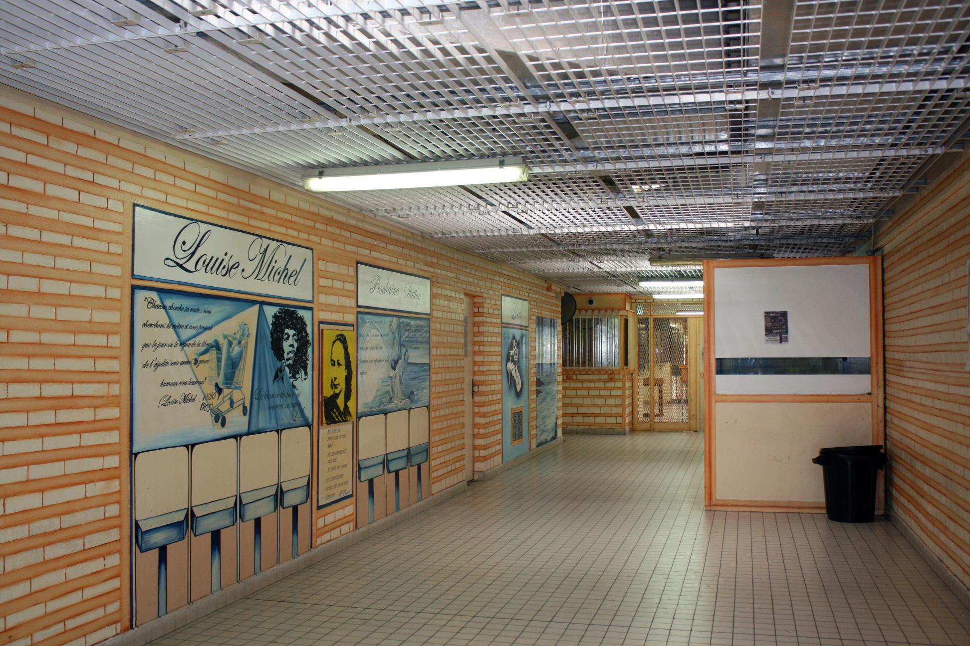 Le couloir qui mène au quartier socio-culturel de la centrale de Saint-Maur, dont les murs sont ornés de fresques réalisées par des détenus. Ici, une œuvre qui réunit Louise Michel, Jimi Hendrix et une femme nue dans un caddie.